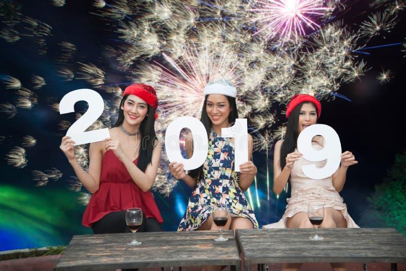 Grupo asiático novo das mulheres de amigo do adolescente junto com festa natalícia de Santa Christmas imagem de stock