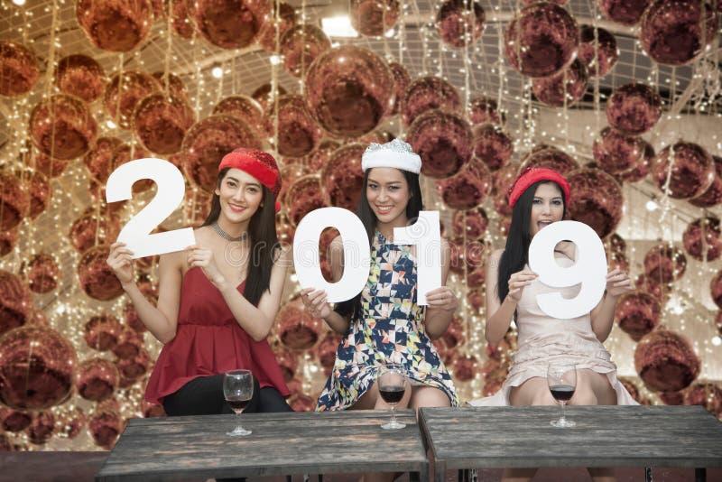 Grupo asiático novo das mulheres de amigo do adolescente junto com festa natalícia de Santa Christmas foto de stock