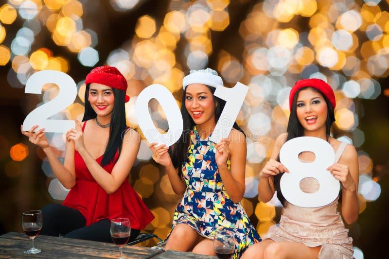 Grupo asiático novo de mulheres com festa natalícia do Natal do chapéu de Santa fotos de stock royalty free