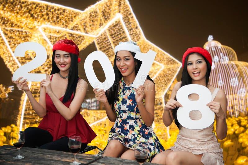 Grupo asiático novo de mulheres com festa natalícia do Natal do chapéu de Santa fotografia de stock