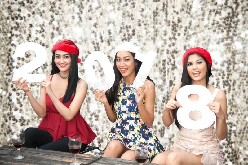 Grupo asiático novo de mulheres com festa natalícia do Natal do chapéu de Santa fotos de stock