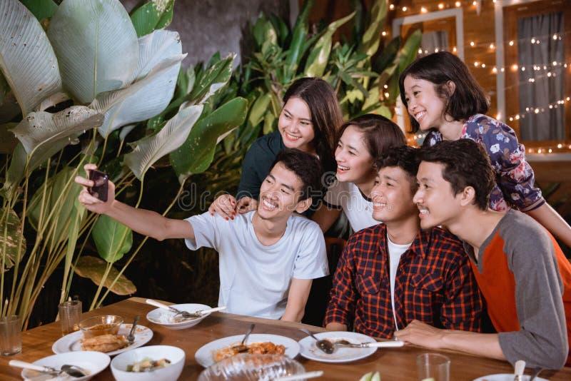 Grupo asi?tico del bestfriend tomar el selfie con smartphone mientras que teniendo la fiesta de jard?n foto de archivo libre de regalías