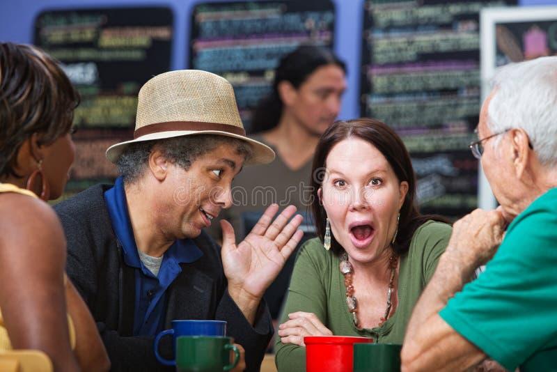 Grupo avergonzado en café fotografía de archivo