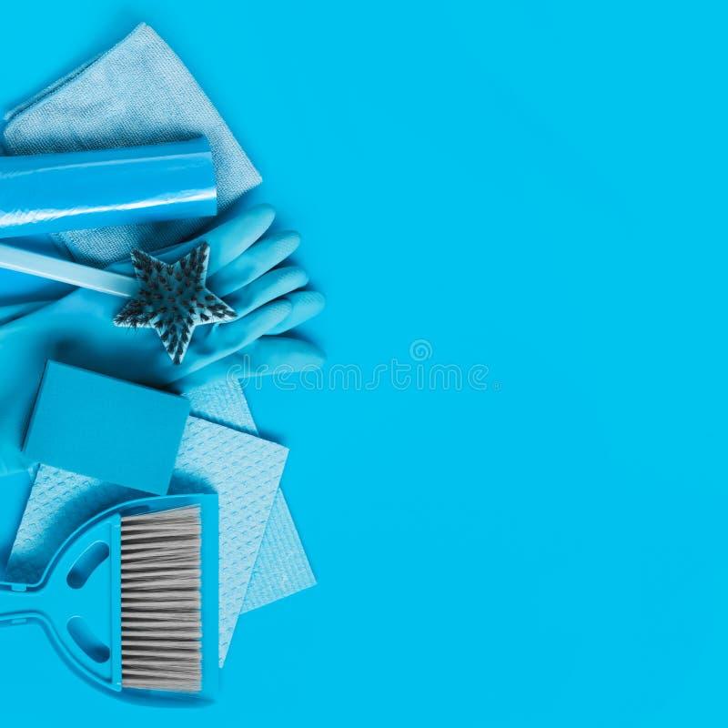 Grupo azul para a limpeza da primavera na casa - luvas de pano, de borracha, esponjas, escova e uma colher com uma vassoura fotografia de stock royalty free