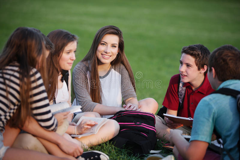 Grupo bonito de estudantes adolescentes imagens de stock royalty free