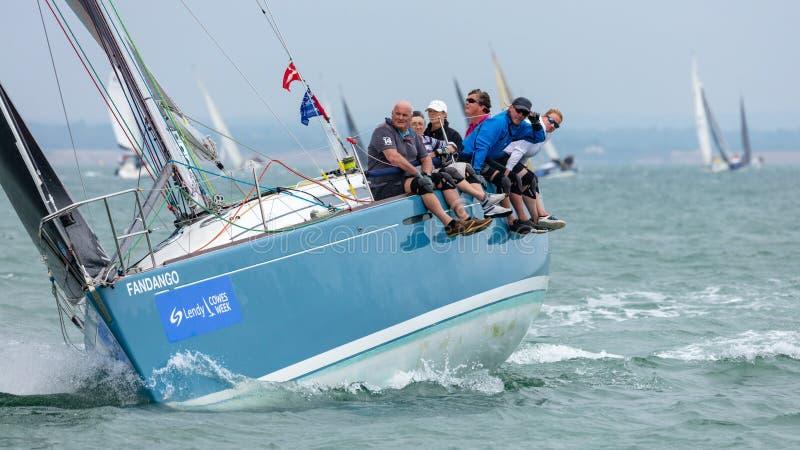 Grupo a bordo de um iate que compete no Solent foto de stock