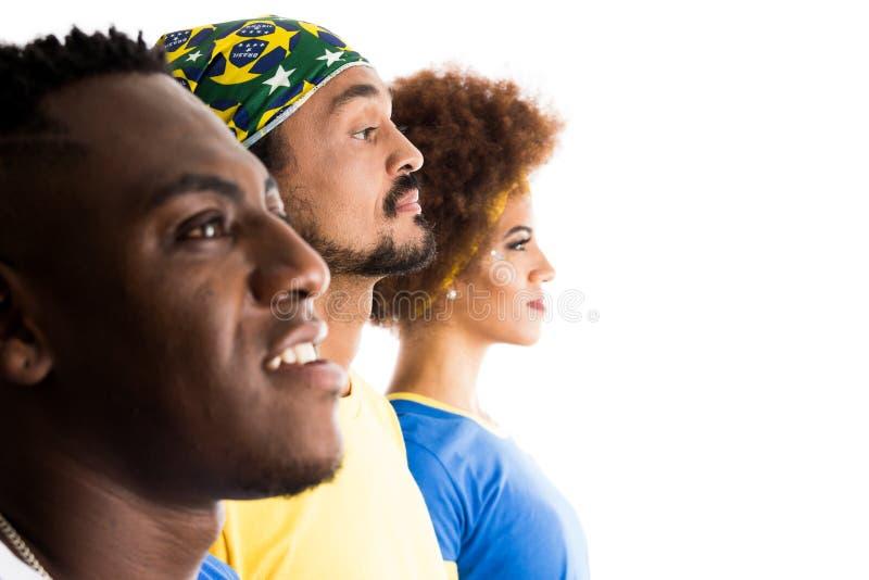 Grupo brasileño de fans que celebran en partido de fútbol en b blanco imagenes de archivo