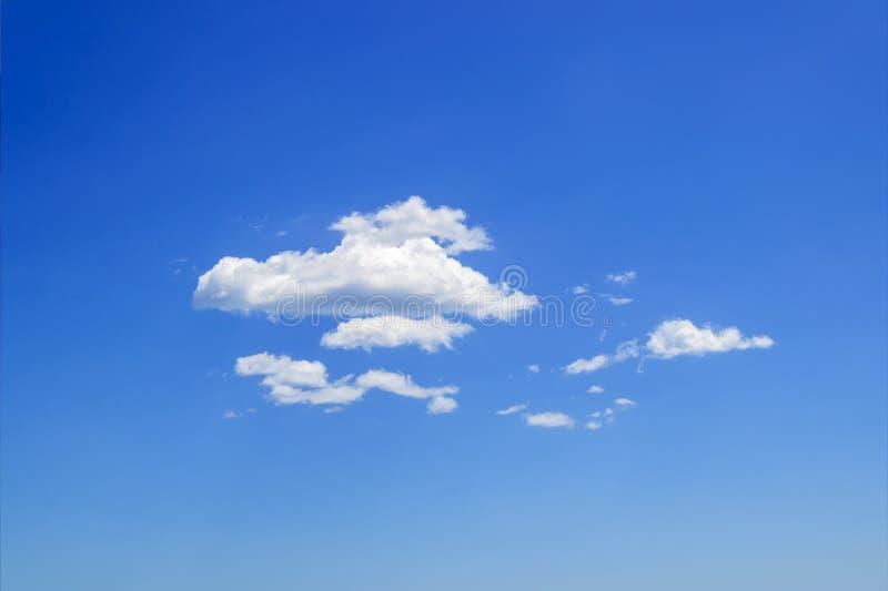 Grupo cênico das nuvens de cúmulo macias brancas altas no céu azul do verão Tipos diferentes da nuvem e fenômenos atmosféricos Sk fotografia de stock royalty free