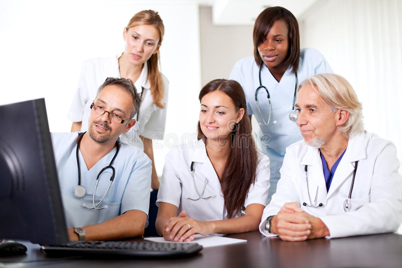 Grupo cómodo de doctores en el hospital imagen de archivo libre de regalías