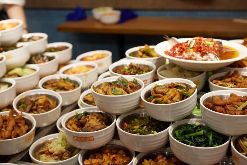 Grupo chinês sortido do alimento Macarronetes chineses, arroz fritado, bolinhas de massa, pato de peking, dim sum, rolos de mola  imagem de stock
