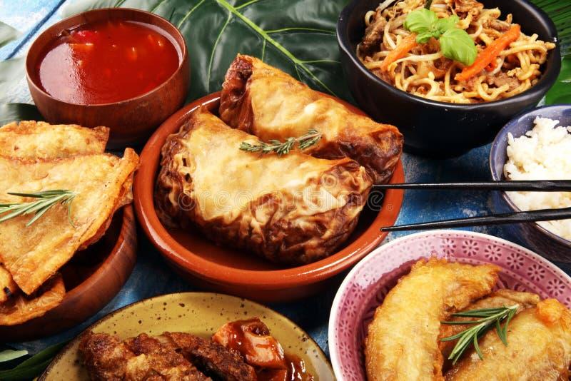 Grupo chin?s sortido do alimento Macarronetes chineses, arroz fritado, pato de peking, dim sum, rolos de mola Pratos chineses fam imagem de stock