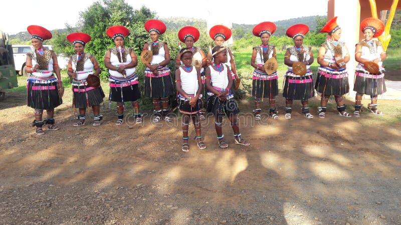 Grupo comunitário que faz uma dança de boas-vindas aos convidados foto de stock