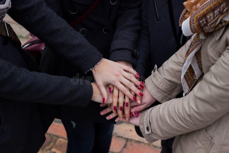 Grupo con las manos junto, amistad imagen de archivo libre de regalías
