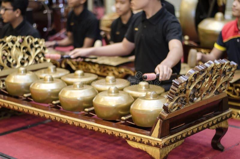 Grupo cosechado de la imagen de orquesta gamelan que juega la canción armónica, imagen de archivo libre de regalías