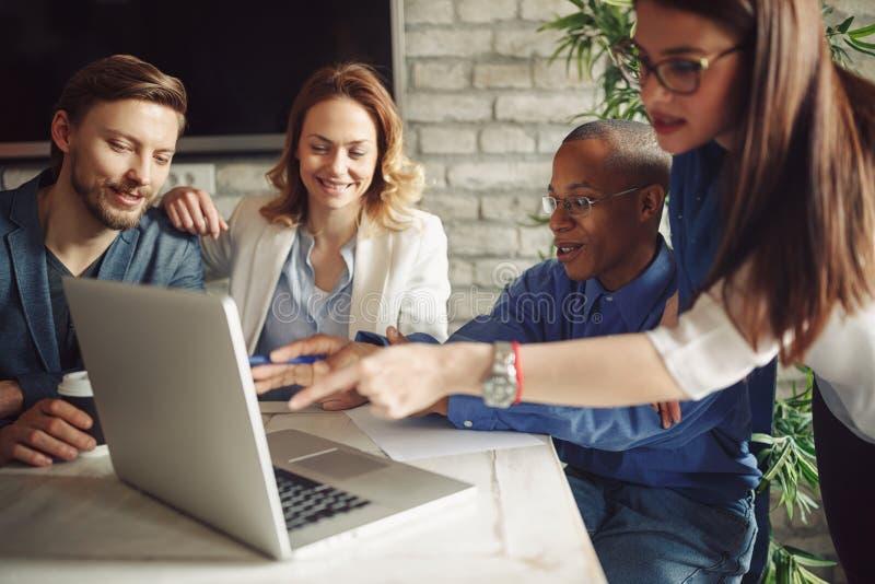 Grupo criativo dos diretores empresariais que trabalha com projeto startup novo imagem de stock royalty free