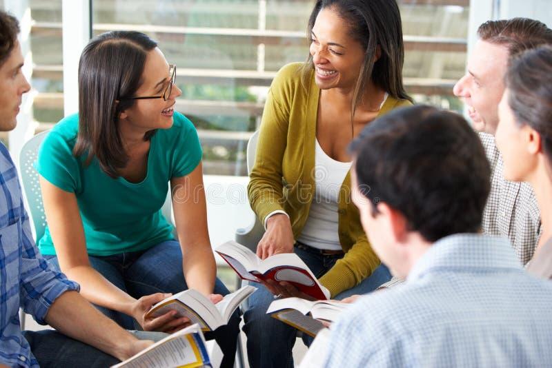 Grupo da Bíblia que lê junto imagem de stock