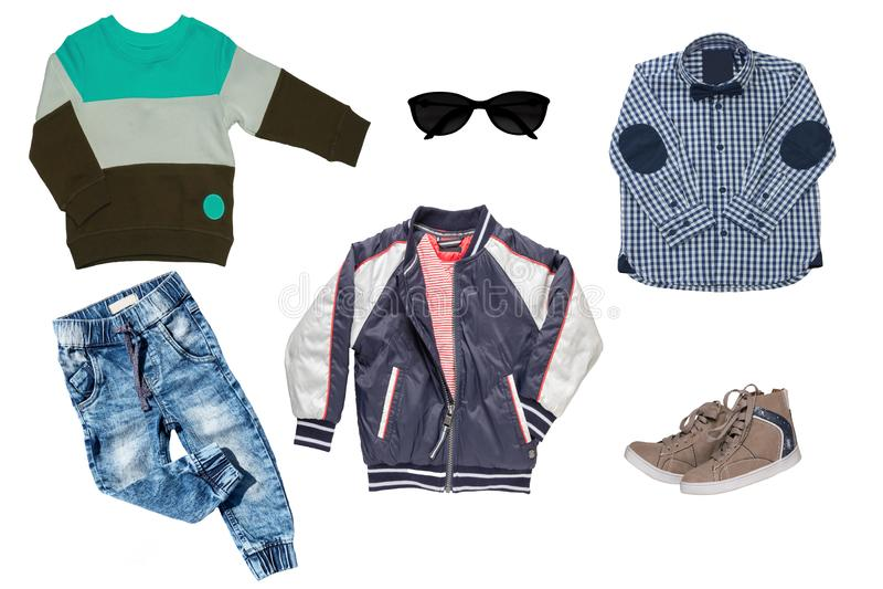 Grupo da colagem de roupa das crian?as Calças de brim ou calças da sarja de Nimes, sapatas de um par, um revestimento da chuva, c fotos de stock