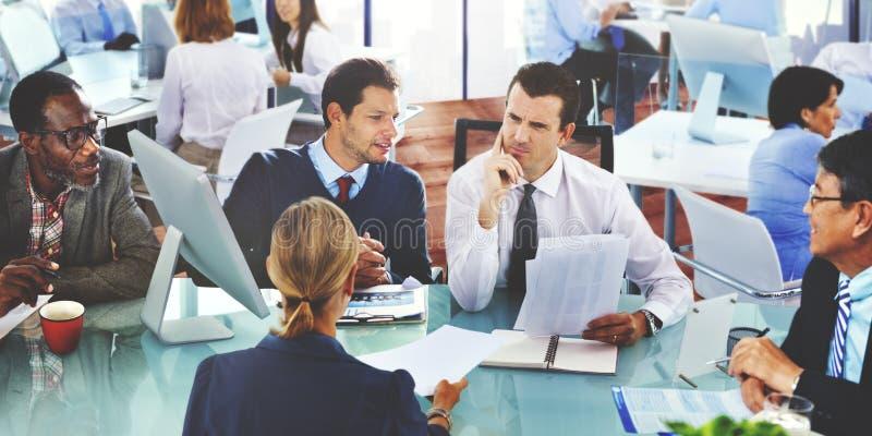 Grupo da conversação da discussão do escritório de uma comunicação global dos povos imagem de stock royalty free