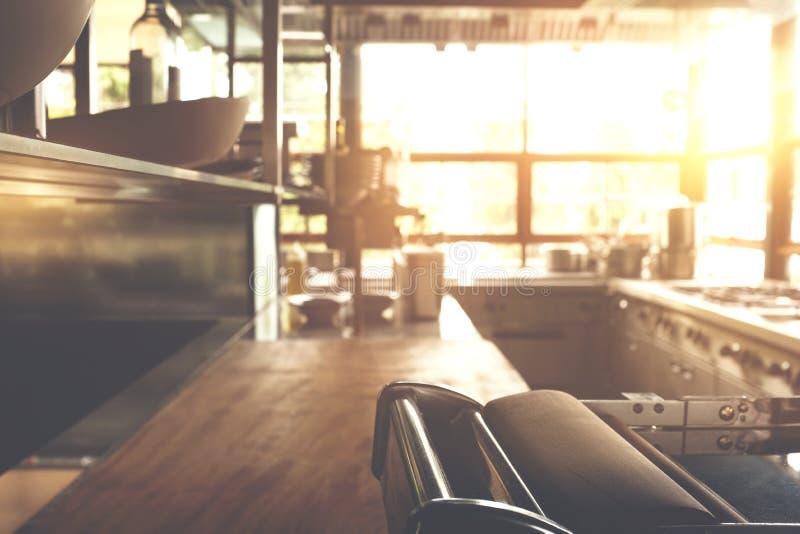 Grupo da cozinha do borrão, fogão, dissipador, fornalha Manhã da mola ou do verão A janela que brilha a luz solar brilhante imagem de stock royalty free