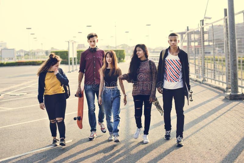Grupo da escola dos amigos de estilo de vida fora imagem de stock royalty free