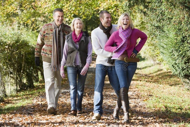 Grupo da família que anda através das madeiras fotografia de stock
