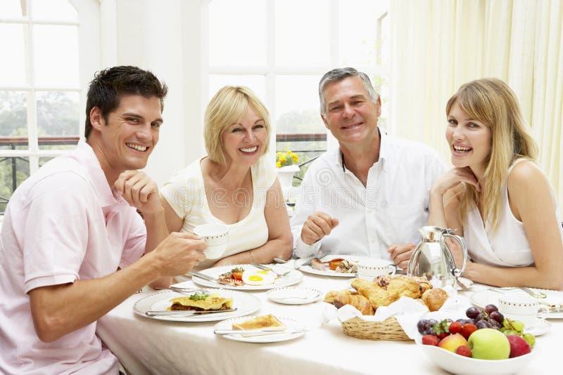 Grupo da família que aprecia o pequeno almoço do hotel fotos de stock royalty free