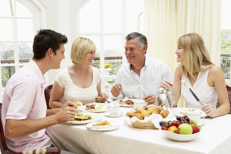 Grupo da família que aprecia o pequeno almoço do hotel imagens de stock royalty free