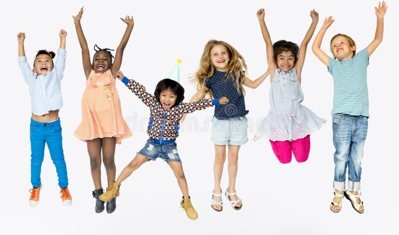 Grupo da felicidade de crianças bonitos e adoráveis foto de stock