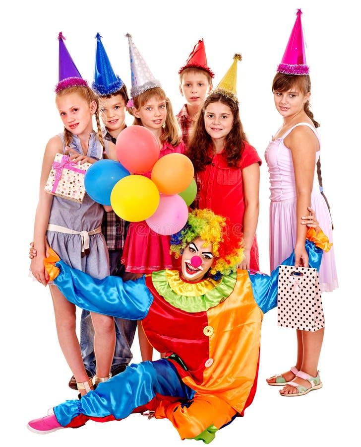 Grupo da festa de anos de adolescente com palhaço imagem de stock royalty free