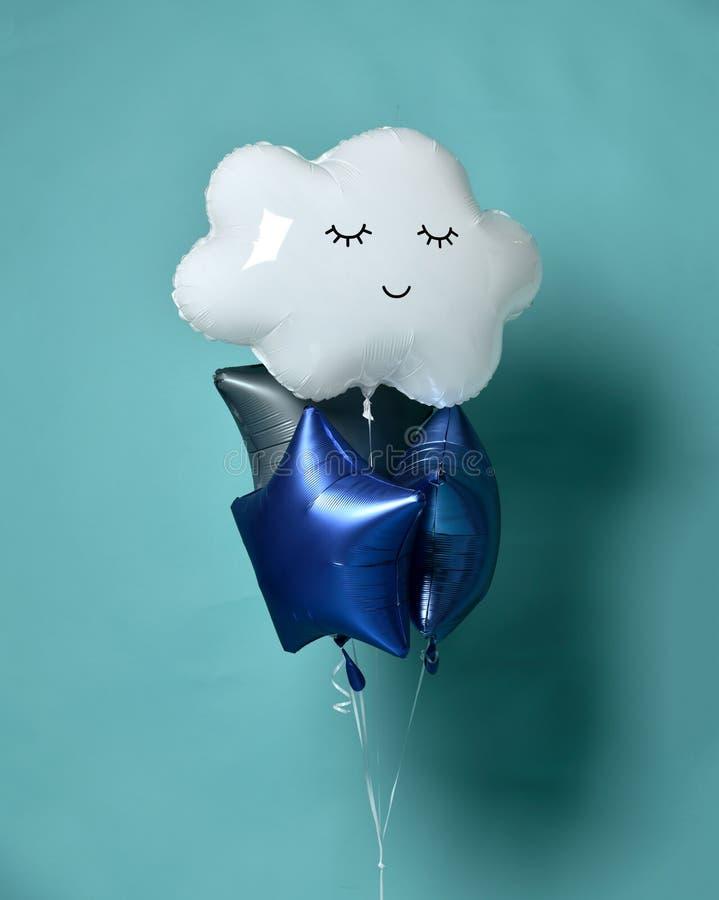 Grupo da forma branca da nuvem dos balões do balão metálico e das estrelas para a festa de anos das crianças na hortelã azul fotos de stock royalty free