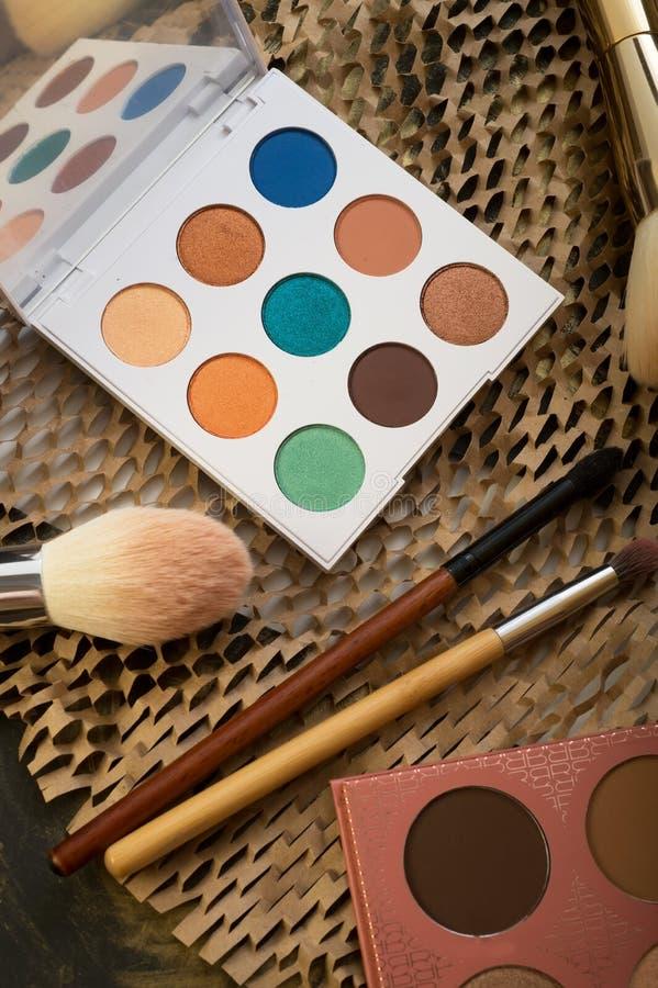 Grupo da forma de paletas novas dos cosméticos com escovas Fim acima fotos de stock