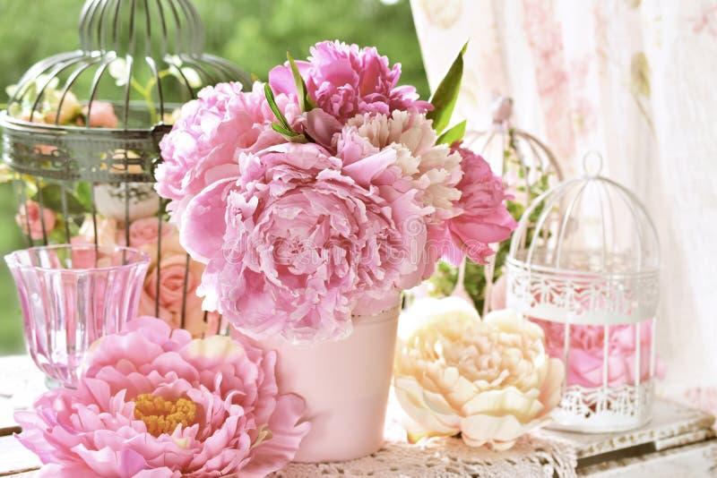 Grupo da peônia no vaso na tabela no jardim com efeito da cor imagens de stock