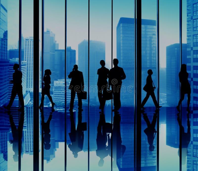 Grupo da silhueta de executivos do conceito urbano da cena imagem de stock royalty free