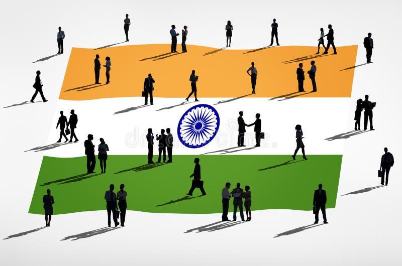 Grupo da silhueta no conceito do negócio global com a bandeira da Índia ilustração do vetor