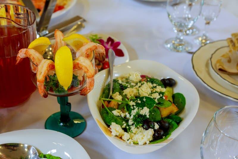Grupo da tabela para o casamento ou um outro jantar abastecido do evento imagem de stock