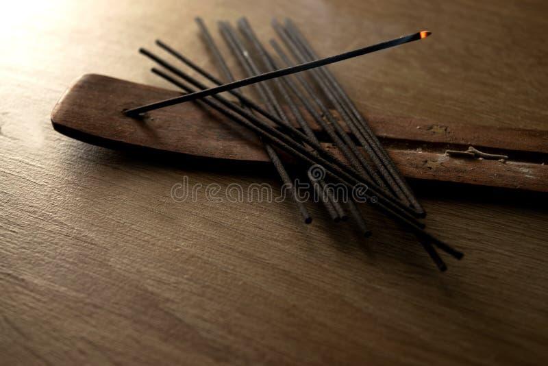 Grupo da vara do incenso com a uma vara leve fotografia de stock