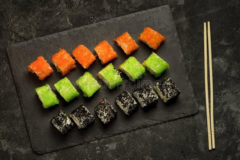Grupo da vista superior de alimento japonês sortido do sushi fotografia de stock royalty free