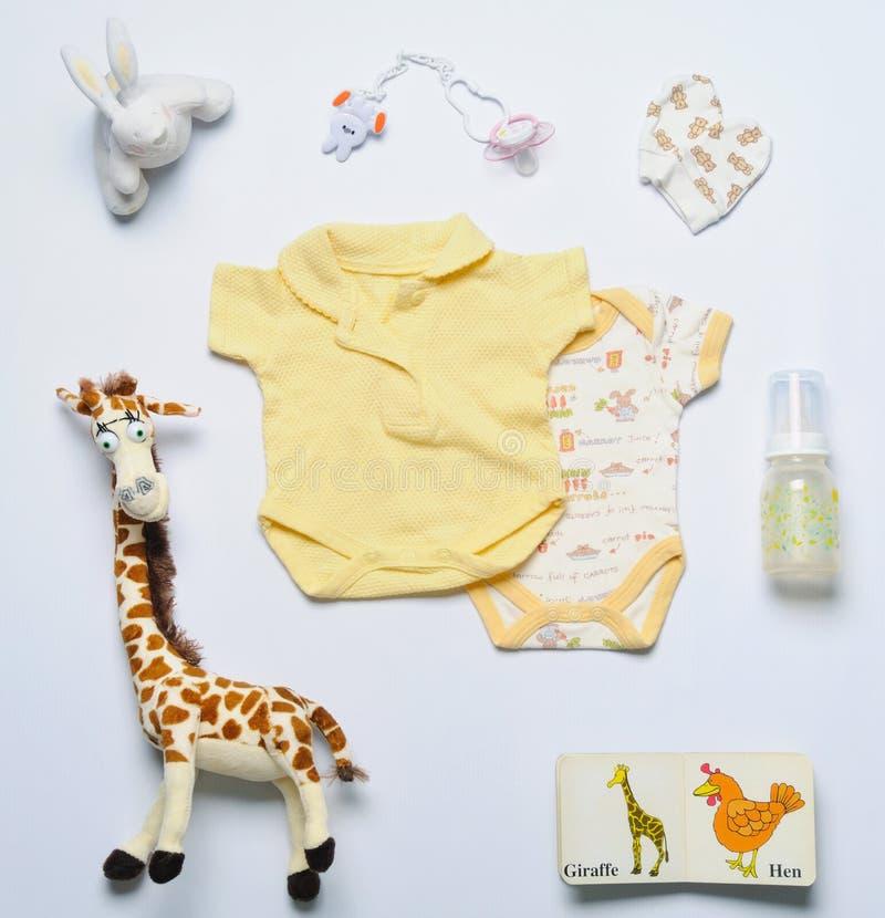 Grupo da vista superior de material na moda e de brinquedos da forma para o bebê recém-nascido mim foto de stock royalty free