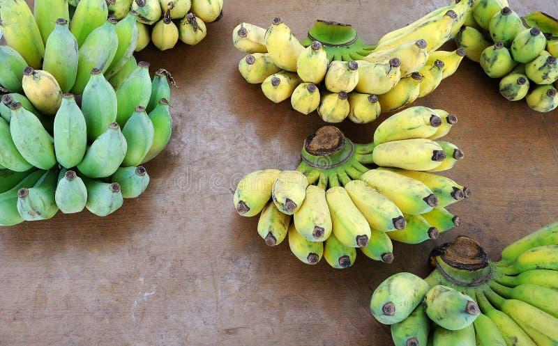Grupo das bananas na tabela de madeira imagem de stock