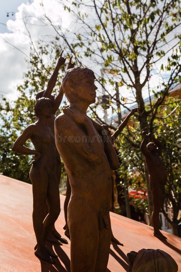 Grupo das estátuas de bronze: Corpo humano despido fotos de stock