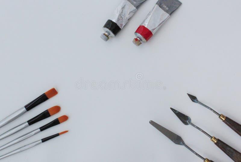 Grupo das ferramentas da pintura no fundo branco imagens de stock