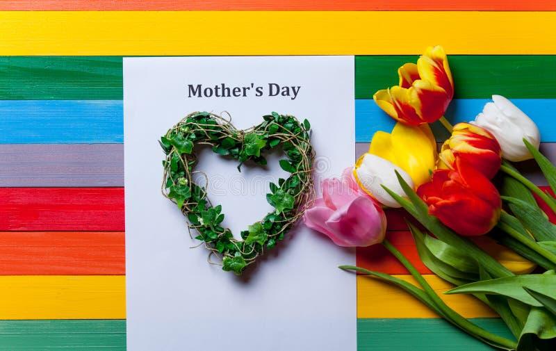 Grupo das tulipas, grinalda do coração-shapped e folha do lyi de papel fotos de stock