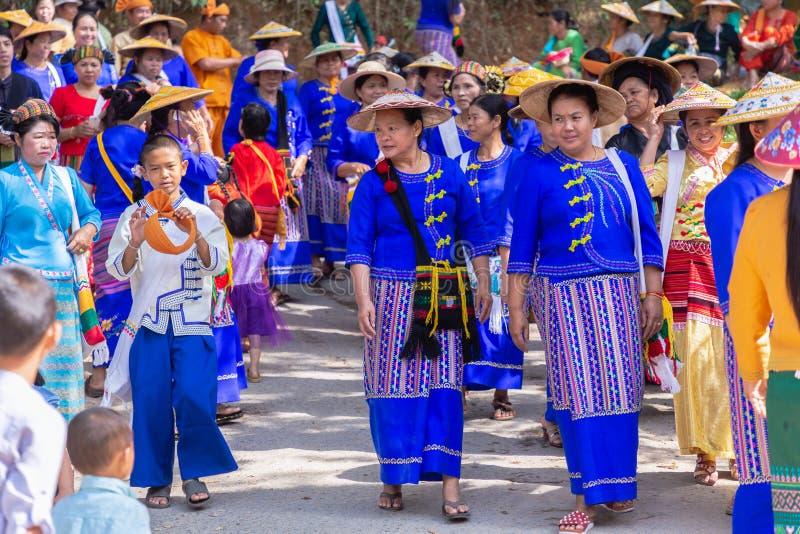 Grupo de grupo étnico de Shan ou de Tai Yai que vive nas partes de Myanmar e de Tailândia no vestido tribal para fazer a dança na imagens de stock royalty free
