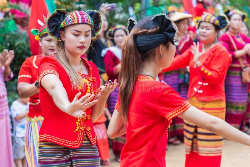 Grupo de grupo étnico de Shan ou de Tai Yai que vive nas partes de Myanmar e de Tailândia no vestido tribal para fazer a dança na fotografia de stock