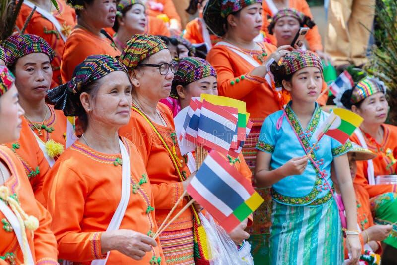 Grupo de grupo étnico de Shan ou de Tai Yai que vive nas partes de Myanmar e de Tailândia no vestido tribal para fazer a dança na fotos de stock royalty free