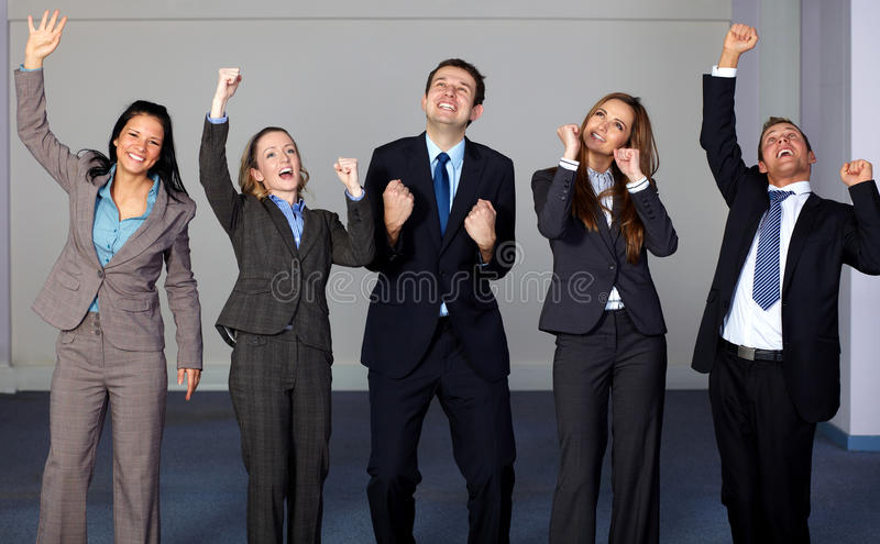 Grupo de 5 executivos novos felizes imagem de stock