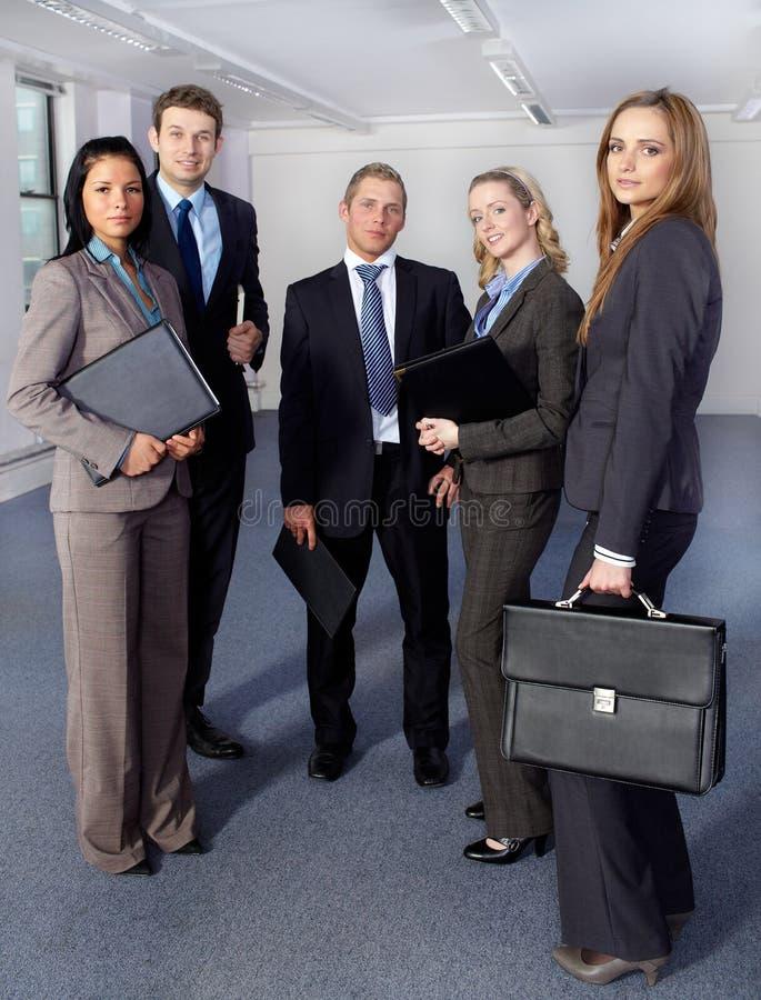 Grupo de 5 executivos, toda a posição fotografia de stock