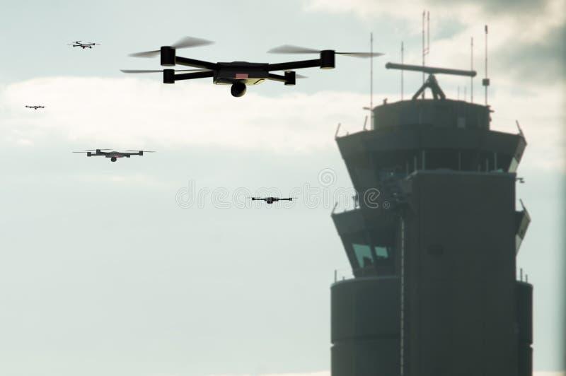grupo de abejones que se acercan a la torre de control del aeropuerto imágenes de archivo libres de regalías