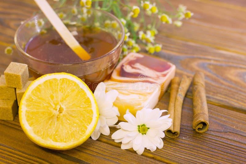 Grupo de adoçar fundamentos com mel natural imagem de stock