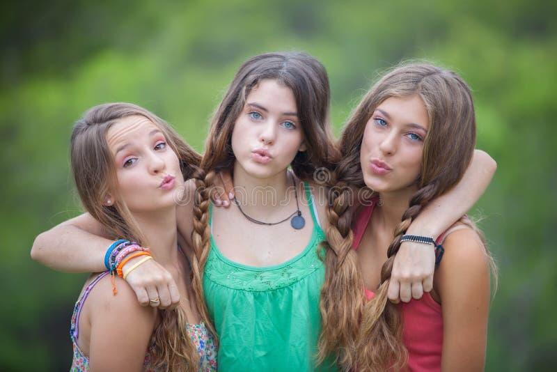 Grupo de adolescencias que soplan besos imagenes de archivo